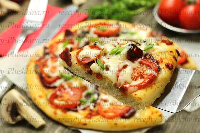 домашняя пицца с колбасой, грибами и сыром