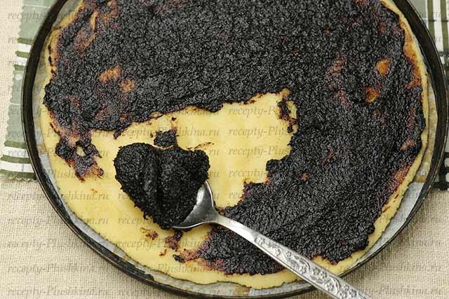 намазываем повидлом тесто для печенья