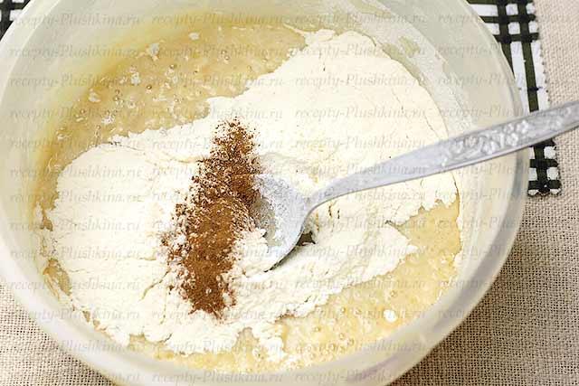 приготовление теста для простого пирога