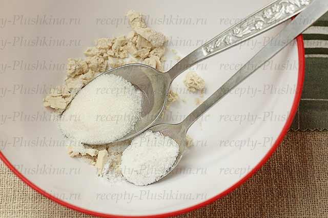 смешиваем дрожжи, соль, сахар