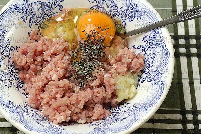 добавляем яйцо и соль