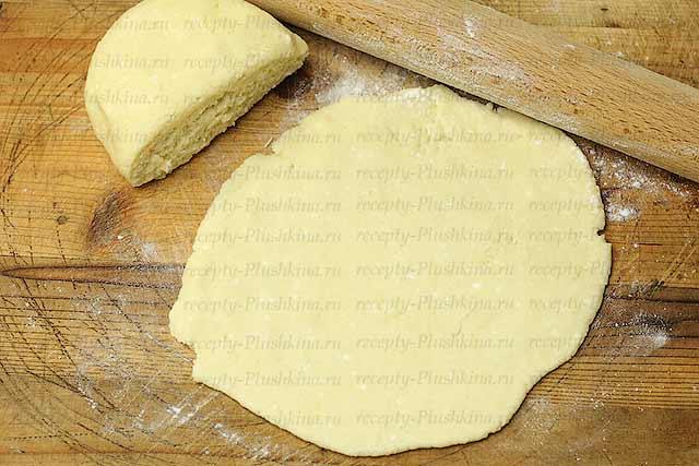 раскатываем тесто для творожного печенья