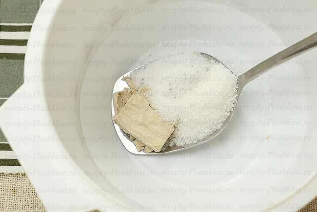 дрожжи, соль, сахар для лукового хлеба