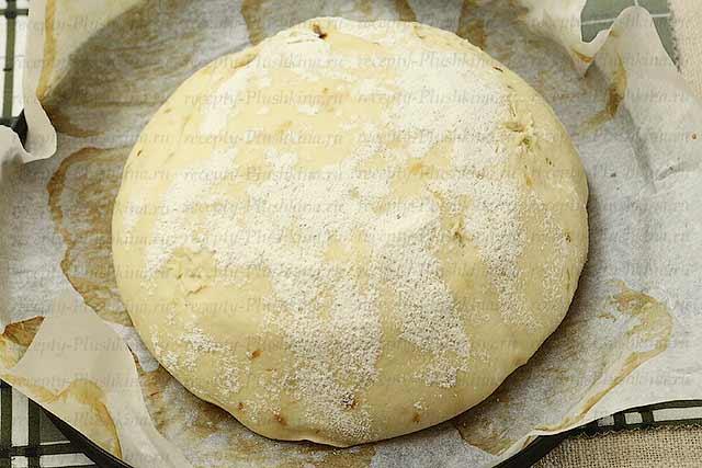 печем луковый хлеб в духовке