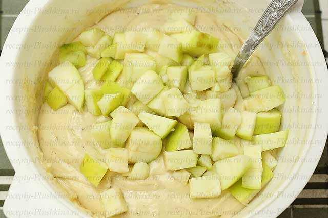 добавляем яблоки в тесто для пирога со сметаной
