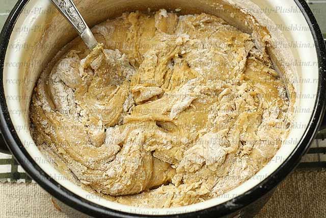 замешиваем тесто для медового торта