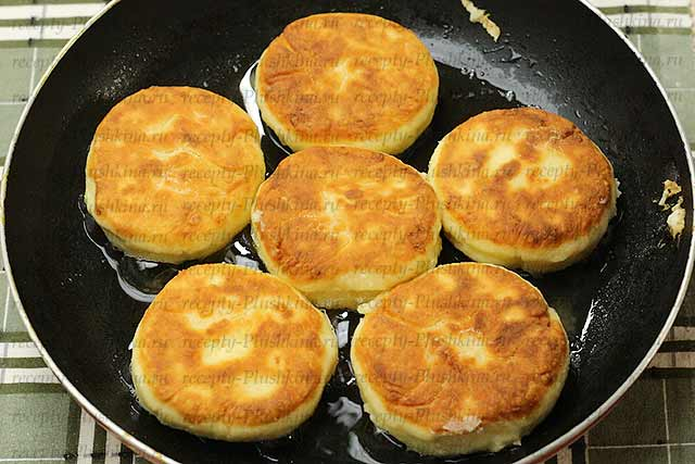 обжарили сырники из творога на сковороде в масле