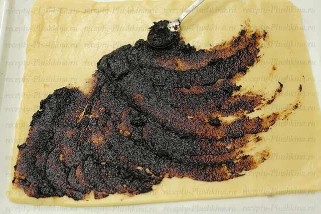 смазываем песочное тесто вареньем
