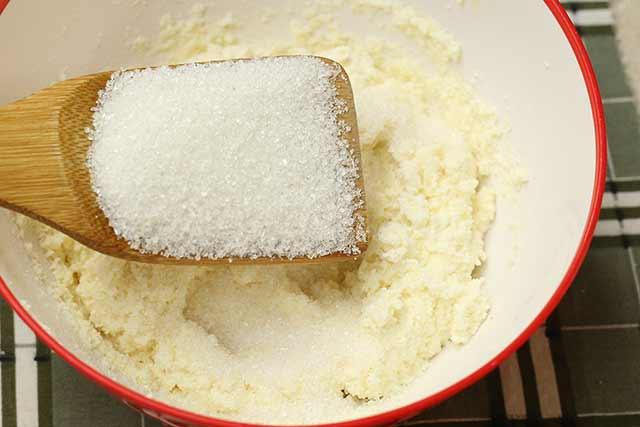 всыпали сахар в творожную массу