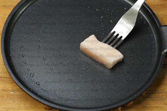 готовим сковороду для блинов
