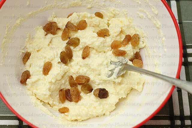 добавляем в сырники с манкой изюм