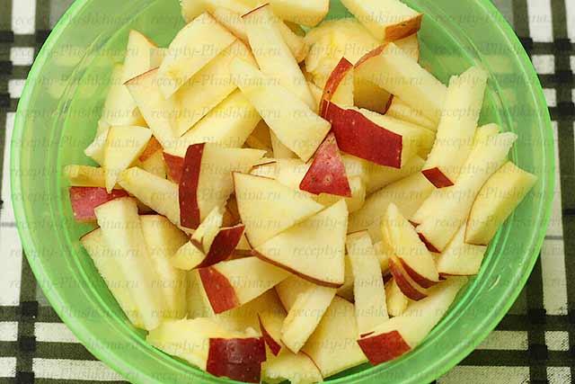 нарезали яблоки для пирога