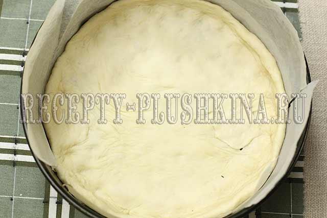 раскатать тесто, выложить в форму