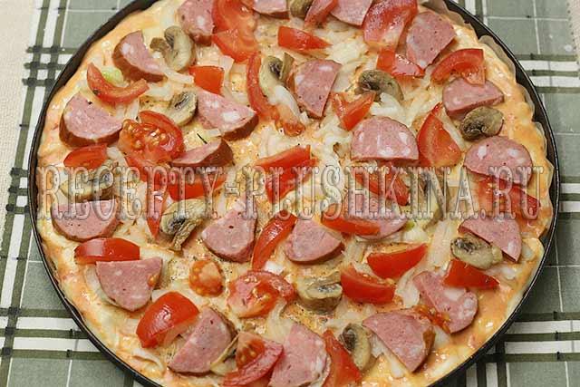 вкусная домашняя пицца с колбасой