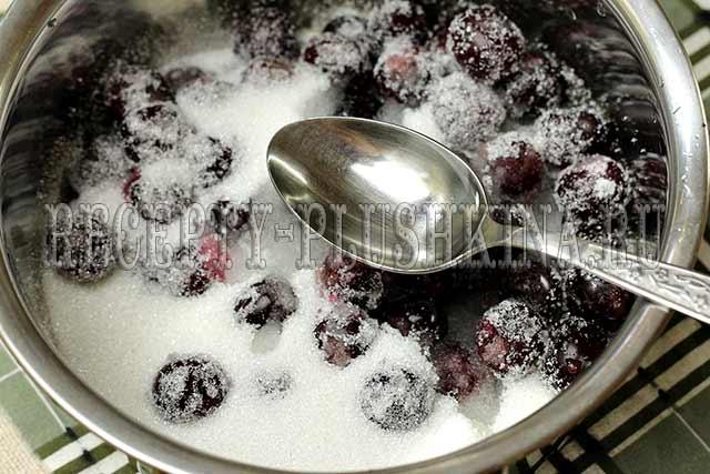 добавили воду к вишне и сахару