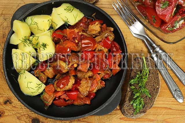 свинина тушеная с овощами на сковороде