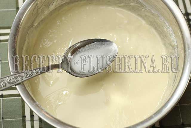 добавляем соду в тесто для оладий