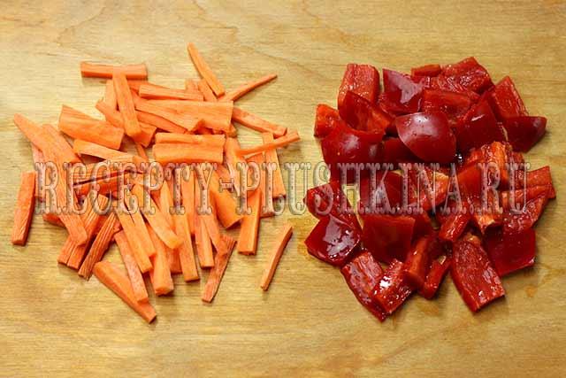нарезали морковь, перец