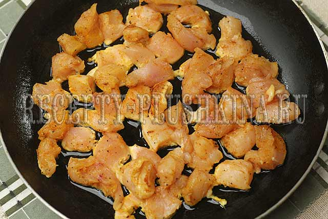 обжарили куриное филе на сковороде