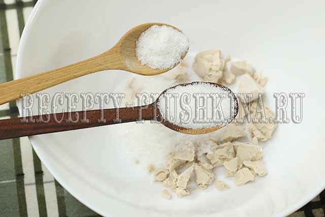 для опары смешали дрожжи, сахар, соль