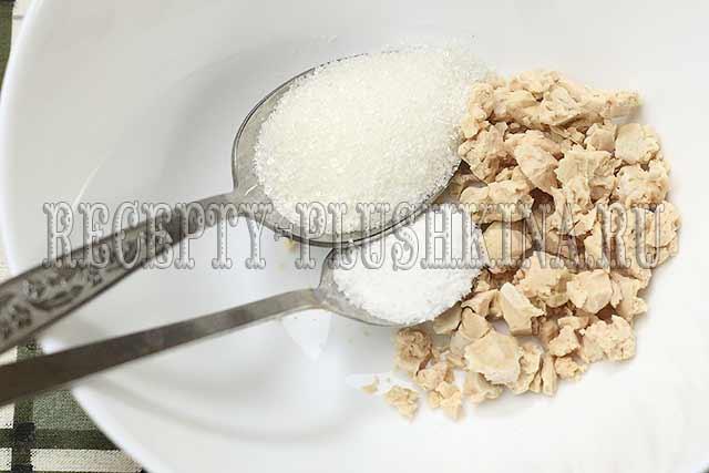 дрожжи, соль, сахар смешиваем