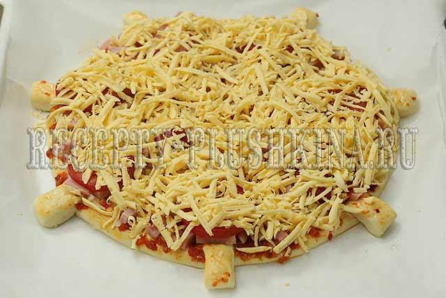 посыпали пиццу сыром