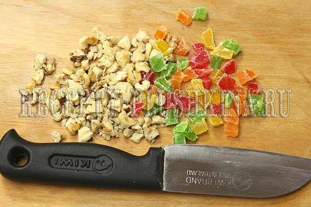 нарезали орехи, цукаты