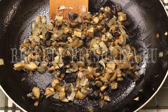 обжарили лук с грибами