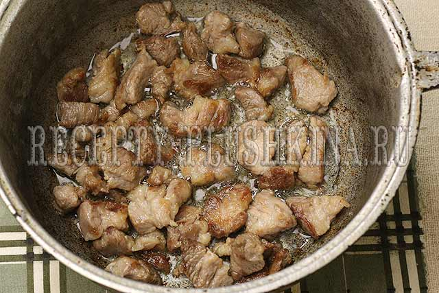 обжариваем мясо до румяной корочки