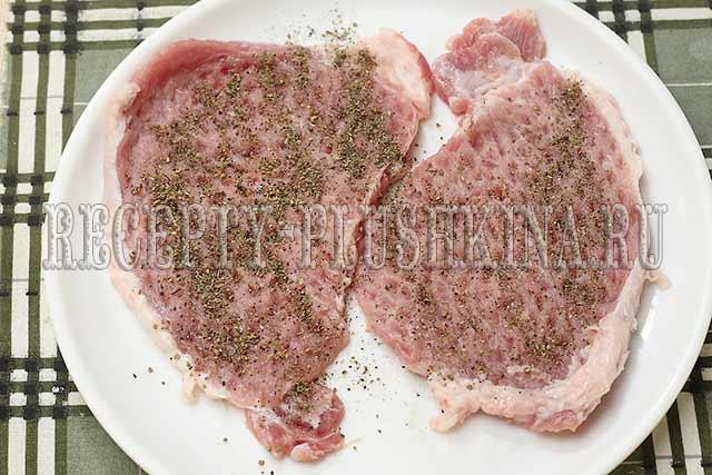 отбиваем мясо молоточком