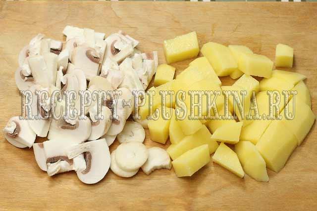 нарезали картофель, грибы