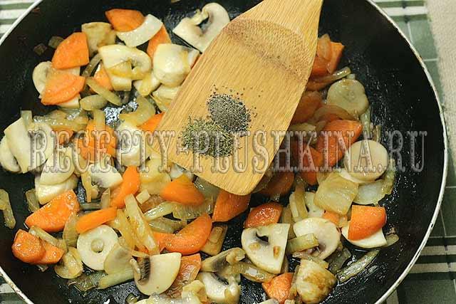 обжарили грибы с овощами