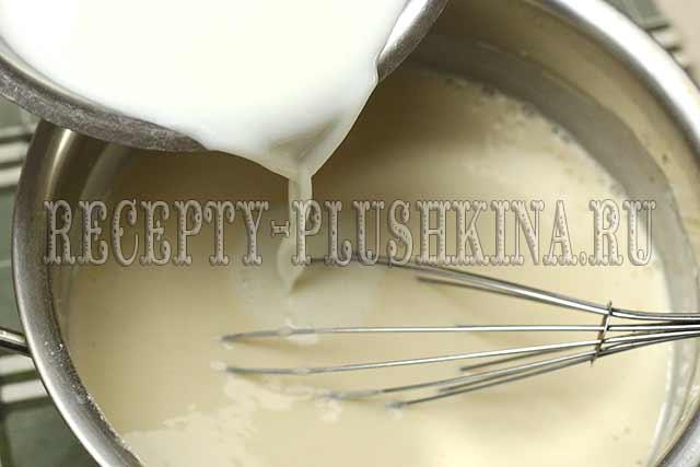 вливаем кипящее молоко
