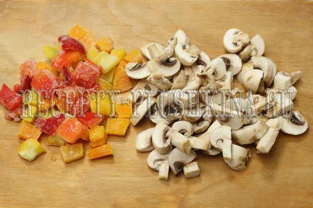 нарезали перец, грибы