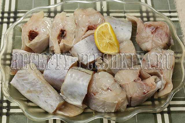 сбрызнули рыбу лимонным соком