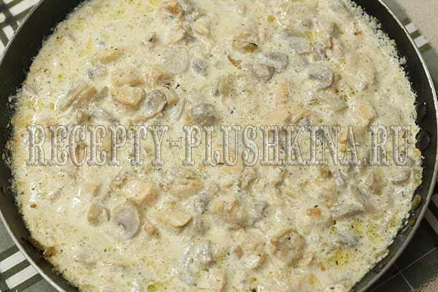 соус со сливками, курицей и грибами