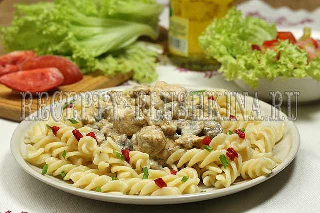 паста с грибами, курицей и сливочным соусом, 2-рецепт пасты со сливочным соусом, курицей и грибами