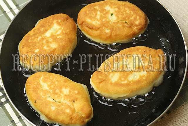 жареные пирожки с начинкой из яйца с луком