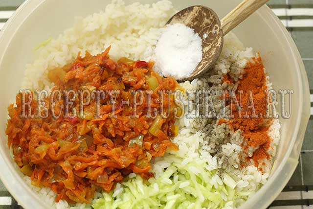 смешиваем рис, овощи, специи, соль