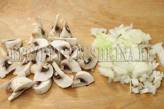 нарезали грибы, лук