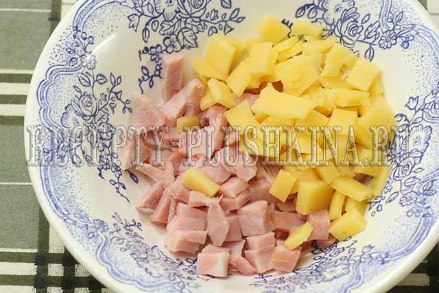 нарезаем кубиками сыр, ветчину