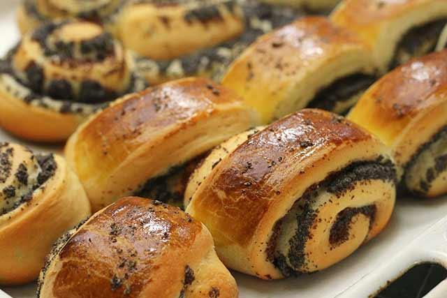 сладкие сдобные булочки с маком готовы