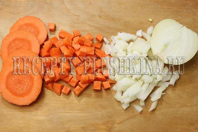 режем кубиком лук, морковь
