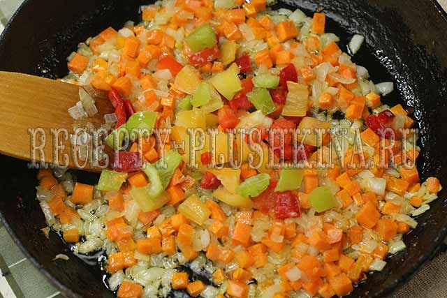 обжариваем овощи для курицы с рисом
