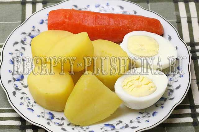 отвариваем картофель, яйца, морковь