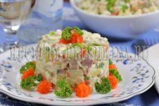 Салат «Оливье» с колбасой и свежими огурцами