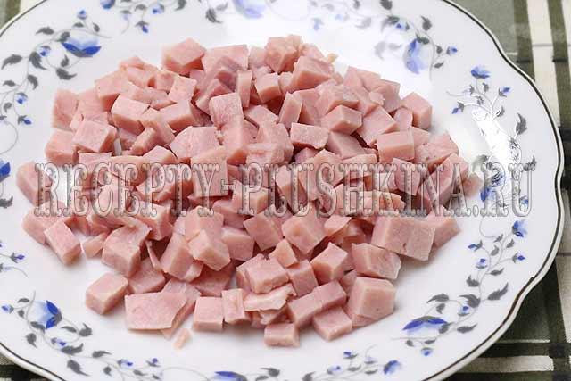 режем кубиками колбасу