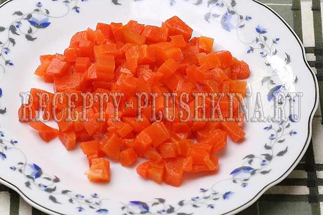нарезали кубиками морковь