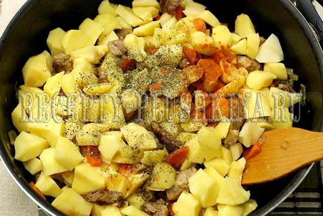 добавили картофель, специи, соль
