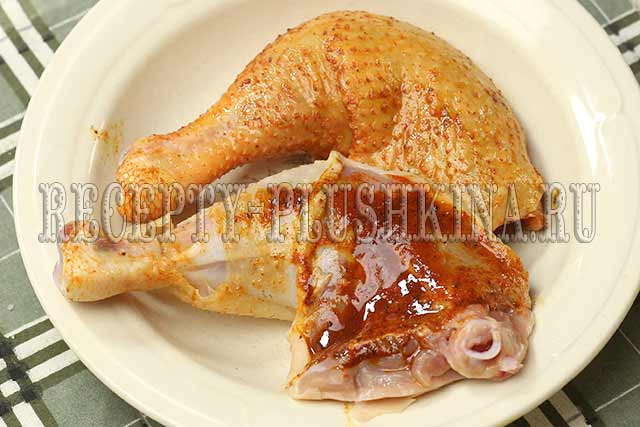 обмазываем маринадом курицу